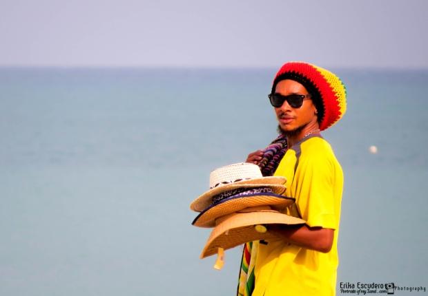 "img scr=""URL de la imagen"" alt=""beach hats seller""/"