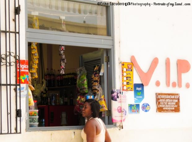 "<img scr=""URL de la imagen"" casco antiguo shopping""/>"