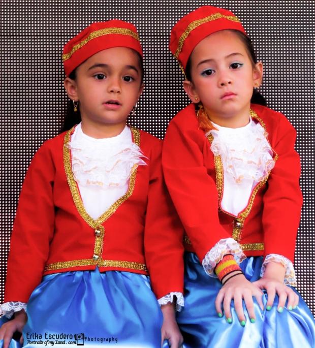 """img scr=""""URL de la imagen"""" alt=""""Greek Little Dancers""""/"""