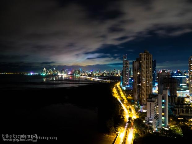 "<img scr=""URL de la imagen"" alt=""Panama city full of lights""/>"